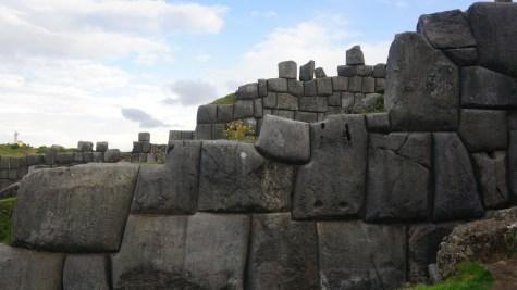 巨石互相緊扣,沒有空隙。