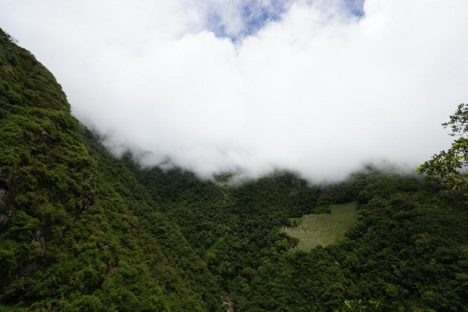 位於陡峭山崖的遺蹟 Wiñay Wayna。