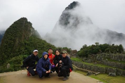 左邊是 Una Picchu,右邊是 Wayna Picchu。