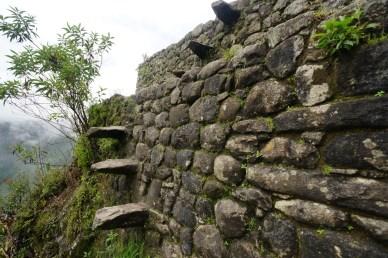 懸崖邊的石牆伸出的「梯級」。