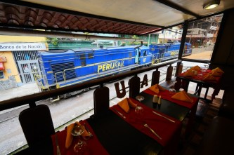 「團餐」餐廳不時有列車駛過。