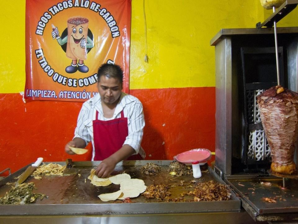 廚師像吳剛師傅,徒手煎 taco 炒肉,面容輕鬆。