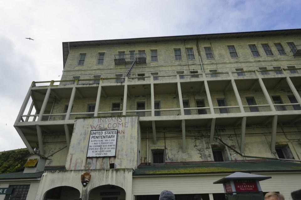 Building 64 外牆仍見當年被美洲原居民佔領的痕跡。