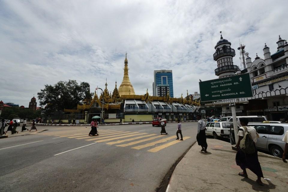 Sule Pagoda -- 中間是佛塔,外圍有睇相及 Internet Cafe。