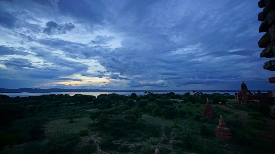 從佛塔上看日落。