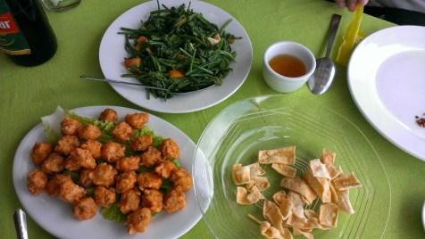 上方是炒蘆葦葉;左下是以豆腐混合雞肉碎的 meat ball。右邊是以炸豆腐製成的地道小吃 Hnapyan Jaw。