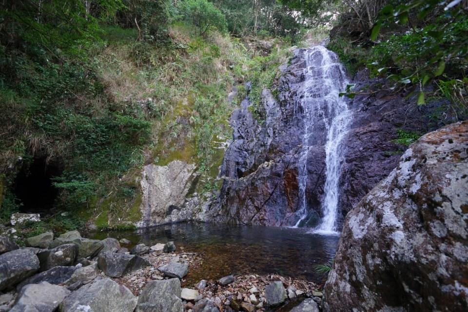 第二個洞位於散髮瀑旁邊。