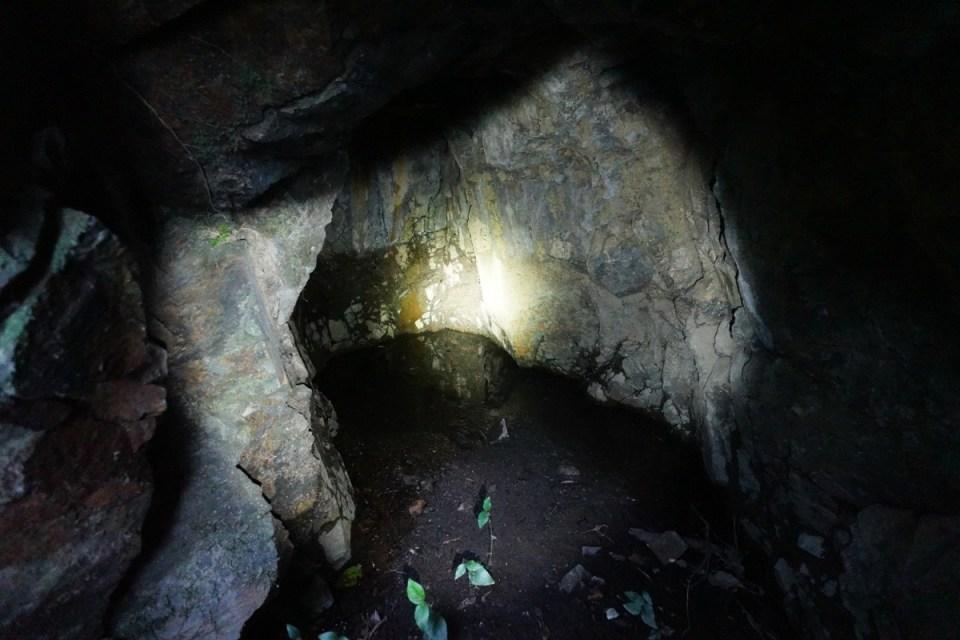 洞深三米,同樣被被腳眼水淹浸。