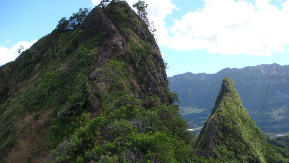 通往第二個山峰(左)的石牆。
