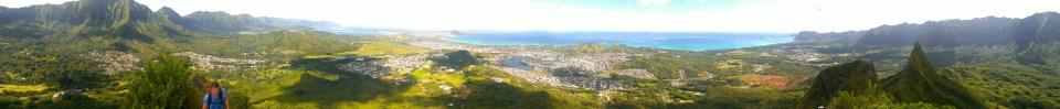 從山頂向東北方向望,中間城市是 Oahu 島的 Kailua,右邊是 Mount Olomana 的第二及第三山峰。