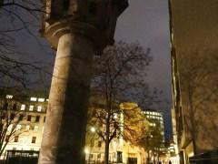 Erna Berger Straße 的 watch tower,後面的大廈裏保存着一小段圍牆。圍牆與 watch tower 的距離就是過去的緩衝區,即是東德人要避過士兵、跑向西德的空曠地帶。