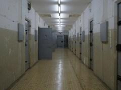 上層的獨立囚室。