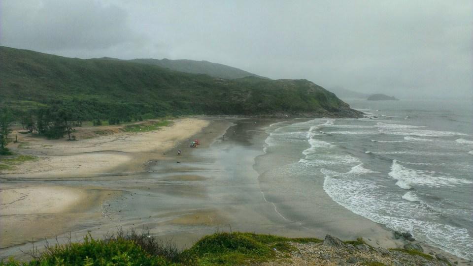 再往東北的海灘,泳客絕跡。