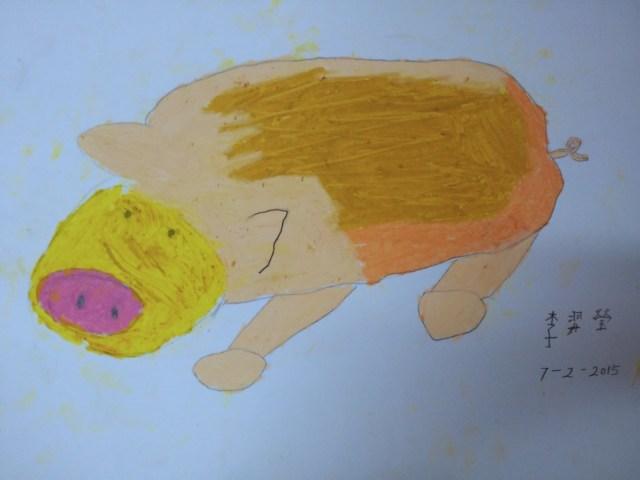 這幅作品中,沒有素描基礎的學生用蠟筆上色,不過選取了側面,是難度頗高的角度,成功繪畫出立體感。