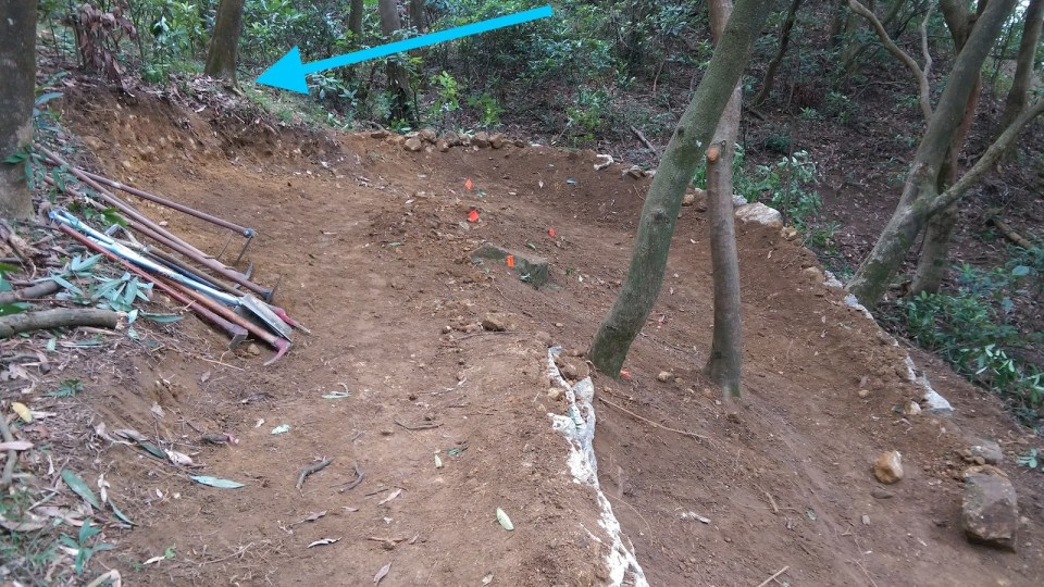 藍箭咀:削去大片山坡,入彎位擴寬了約一米。