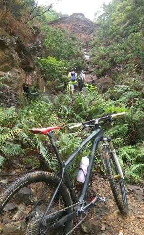 抬單車爬上山是最考技術一環。
