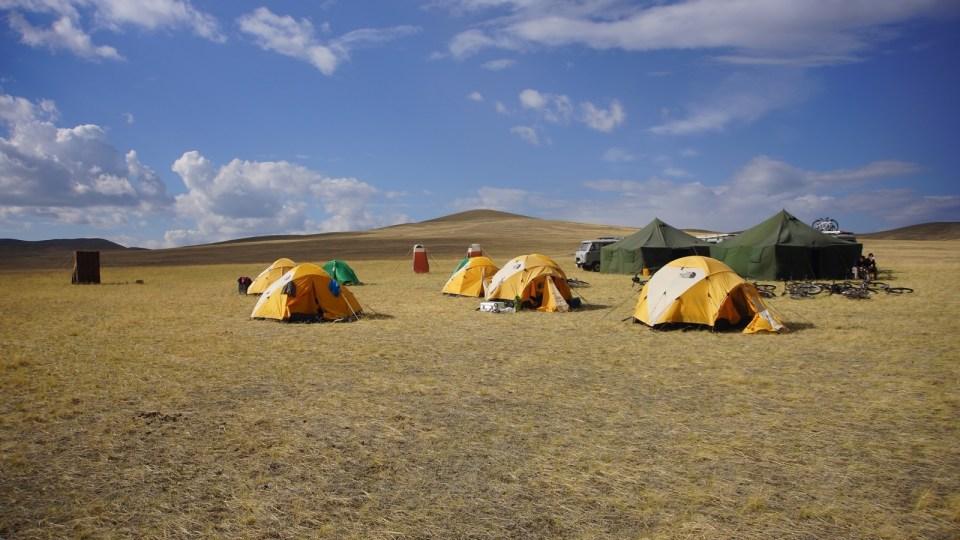 夜間在水源附近扎營。