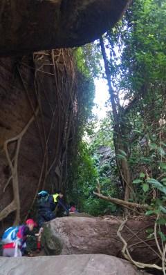 小休後,爬過幾片大石,進入兩片大岩石之間。