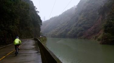X325 路上,旁邊是楊溪河。
