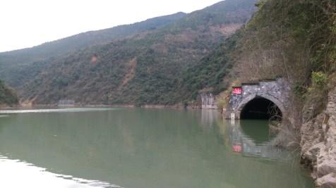 年初時由於樹霜頭隧道被水淹浸,往坪石之道路不通。
