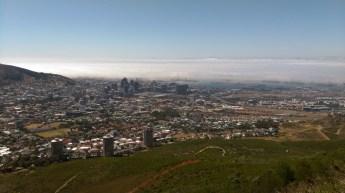 大約上了五百多米,見沿岸海面湧起水氣,十足雲海,襯托山下 Cape Town 全景。