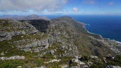 從 Table Mountain 頂看 Camps Bay。