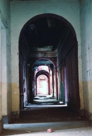 地下走廊,每幅牆髹上不同顏色,原因不明?