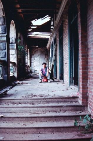 我坐在兒童車上,在近正門走廊玩。這走廊,一直保存至今。