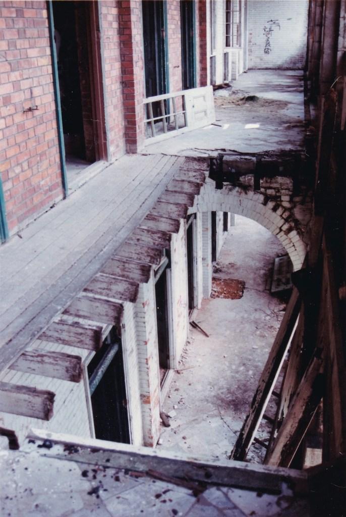 照片中的走廊向內庭;照片可見,二樓和地下的牆身顏色不一樣。