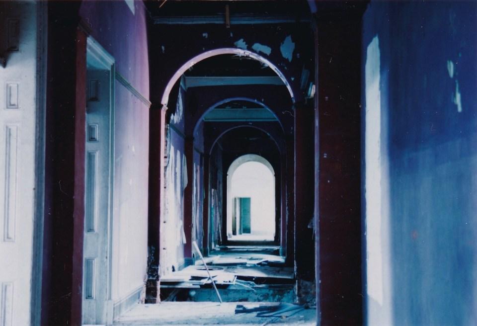 二樓裏面的走廊牆身髹上紅色,感覺詭異。