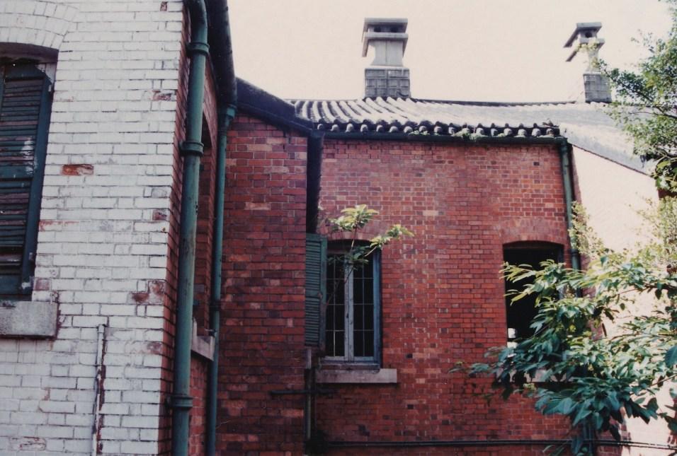 與「鬼屋」相連的紅磚建築物域多利精神病院。