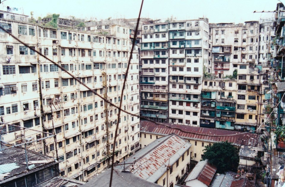 從天台向下望,是城寨唯一的「大天井」。中間偏左、兩層高的是「老人中心」;同「老人中心」呈 90 度、紅啡色屋頂是「青年中心」。