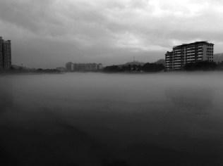 乳源市區。早上霧氣聚集在江上。