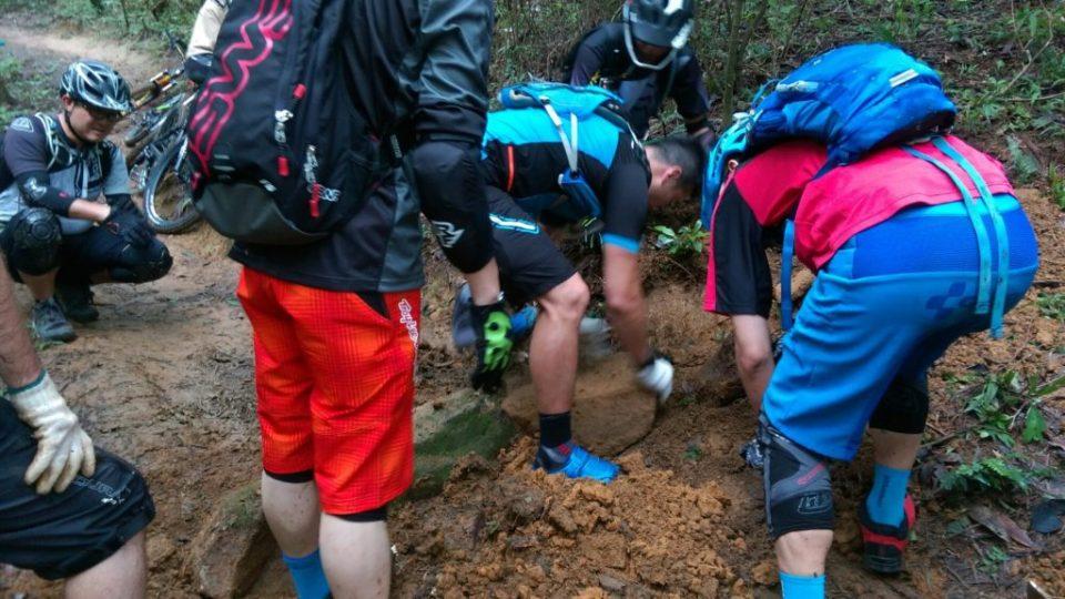 地窿有乜用?從山上搬來大石(路邊的所有大小石塊早已在興繼建單車徑時採光了,所以要從山上收集。),放入地窿裏約石塊高度 2/3,成為基石,然後在上面堆上較細小的石塊。