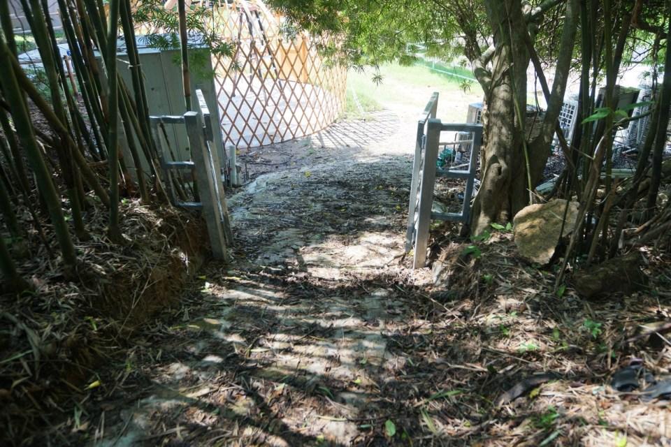 石板路小下坡。