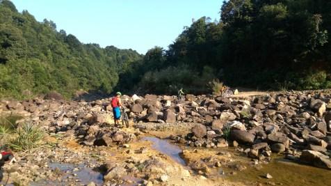 乾涸的鶴坑河。