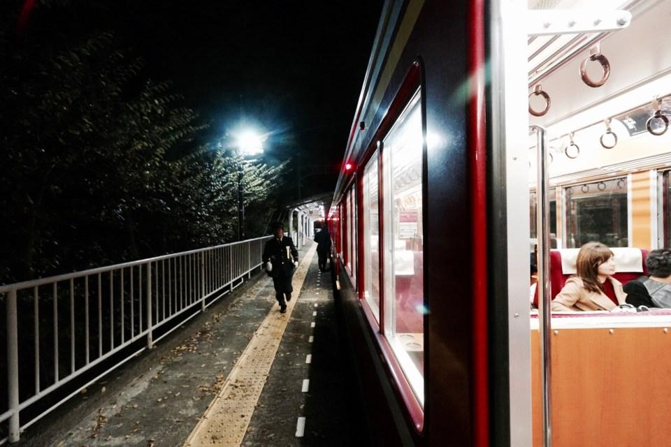 登山鐵路逆轉位置上,駕駛員和乘務員匆忙調換位置。