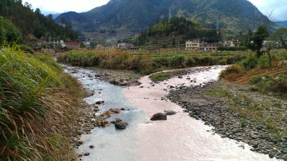 呈紅色河水原來從山上的鎢礦場流下,我們沿河而上,經礦場從湖南返回廣東。