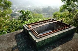 儲水缸分兩隔,每隔有兩個蓋。