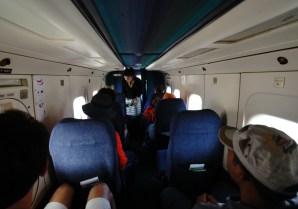 飛往 Lukla 的飛機雖然狹窄,但保證人人有窗口位(坐左邊會看到雪山),也有空中小姐派糖果和毛巾。