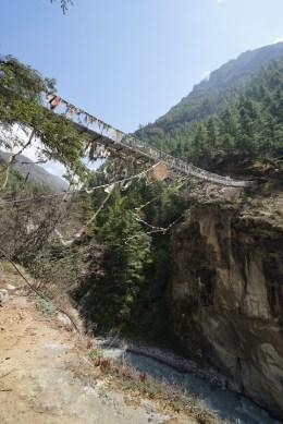 這裏離河床約30 米高,這鐵索橋正好是 Dudh Koshi River 與 Bhote Koshi River 的交匯處。