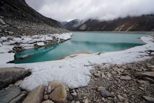 第六個湖位於 5200 米,春天時湖畔仍結冰。