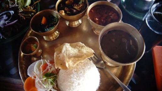 相對地,加德滿都隨處可吃到的豆飯的賣相和配菜與山中的完全不同。