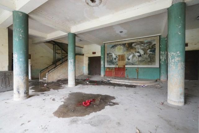蘇聯風格建築裏掛着國畫。