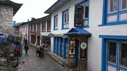 Lukla 只有一條約半公里的主要街道。