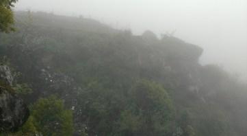 跑道末端是懸崖。(上面隱約看到的鐵枝就是跑道末端)