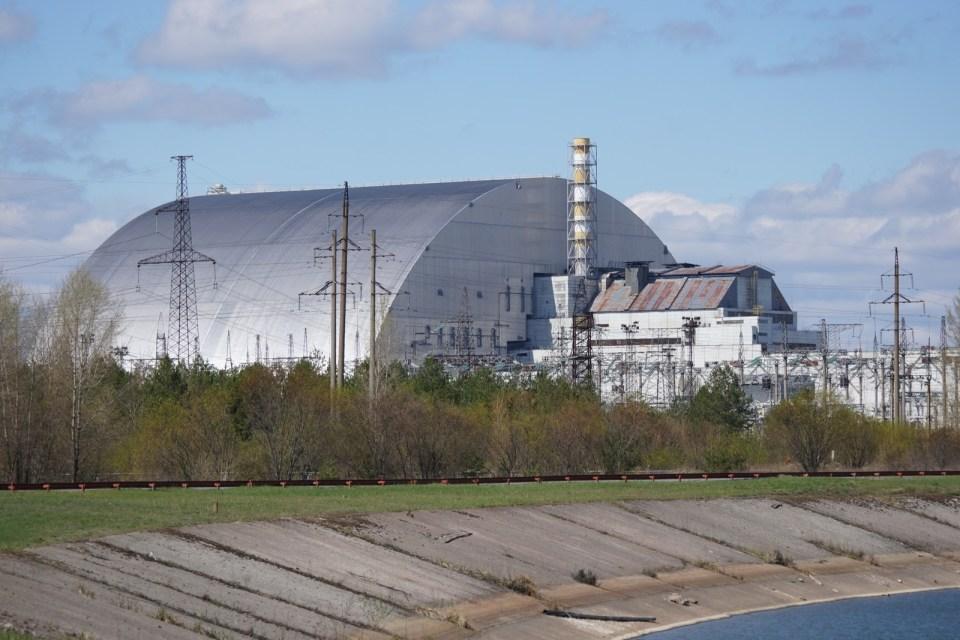 遠觀四號反應堆,中間煙囪的右邊是三號反應堆。