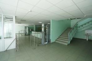 核電站的員工餐廳,每次進入時都要經過右邊機器檢查輻射。