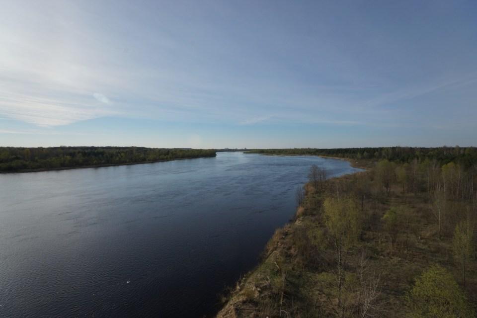 冷卻池的水源自 Pripyat River,它從白俄羅斯流經切爾諾貝爾、基輔,最後流出黑海。我們在公路停車,在橋上,引人著目的除了美麗河景,還有地平線上的「新石棺」。