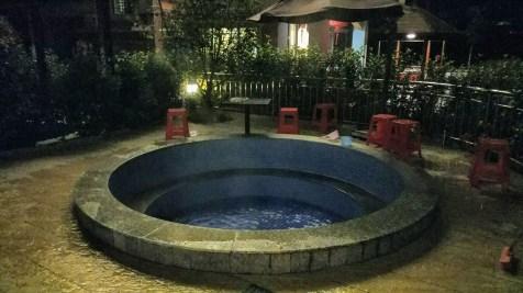 天漸涼,當然要浸浸溫泉!現在不是旺季,包下這個中形溫泉收費 $200,可容下十人。
